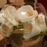 Casamento da Ana: arranjo baixo com copos-de-leite em vaso tipo aquário