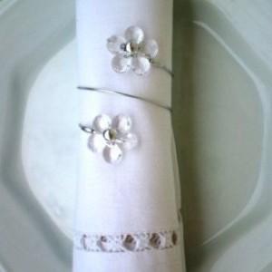 Prendedor de guardanapo com flor transparente