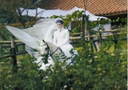 Casamento Ana Paula Arósio e Henrique Pinheiro: noiva entra a cavalo.