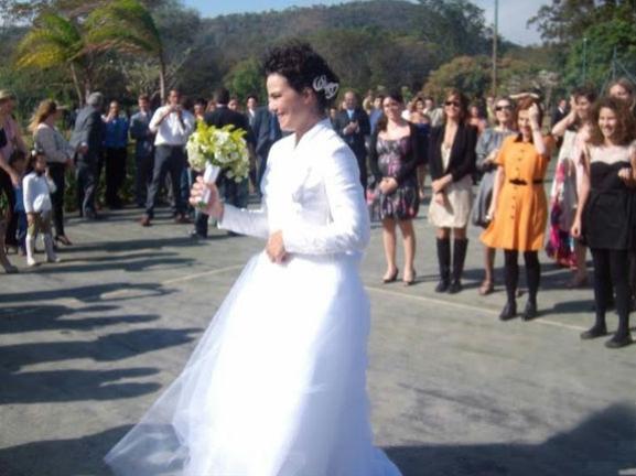 Casamento Ana Paula Arósio e Henrique Pinheiro: vestido de noiva e buquê.