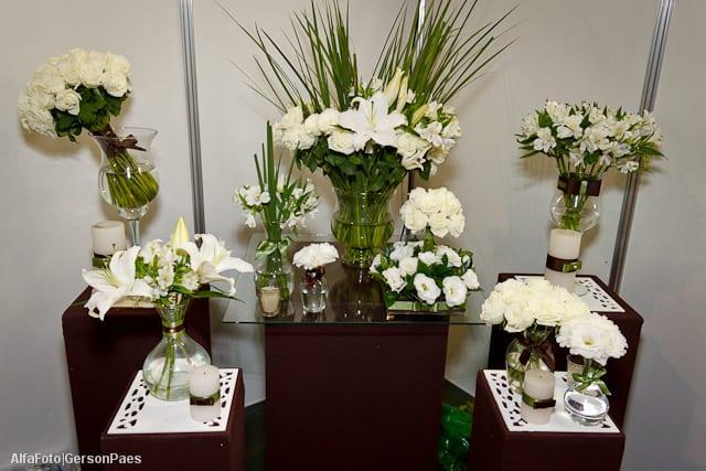 Decoração de casamento em branco, verde e marrom, da Abba Flowers