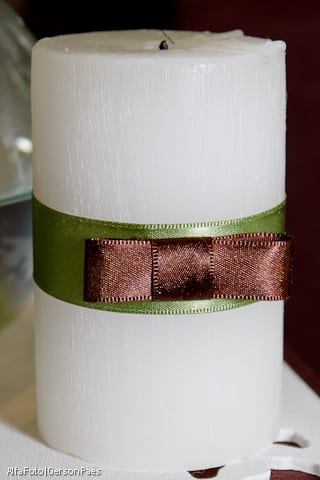 Vela decorada com fitas e laço chanel, da Abba Flowers