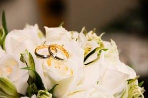 Alianças de casamento com nomes dos noivos gravados