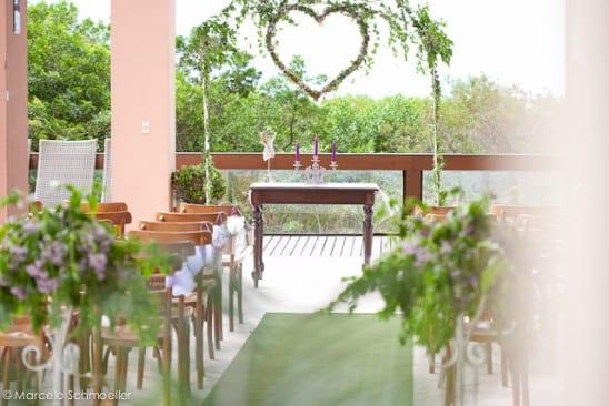 Decoração de casamento retrô: cerinônia ao ar livre com coração de folhagens - Da Antique et Romantique