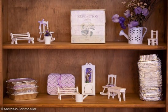 Decoração de casamento retrô: estante com objetos brancos e lilás - da Antique et Romantique