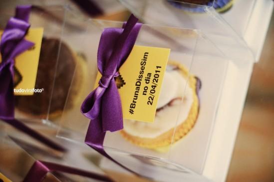 Decoração de Casamento: cupcake de lembrancinha em amarelo e roxo