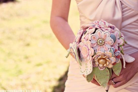 Buquê de noiva de feltro e botões, da gringa Princess Lasertron.