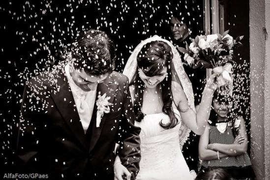 Chuva de arroz na saída dos noivos em casamento na igreja. Foto: Alfa Foto.