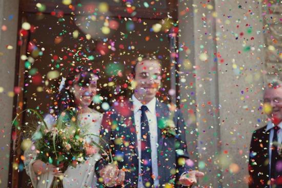 Convidados jogam confete nos noivos em casamento. Foto: Debs Ivelja.