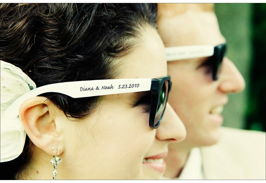 Lembrancinha de casamento: óculos escuros customizados. Foto: Marie Labbancz