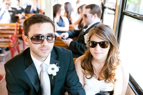 Noiva e noivo de óculos escuros a caminho do casamento. Foto: Erin hearts Court.