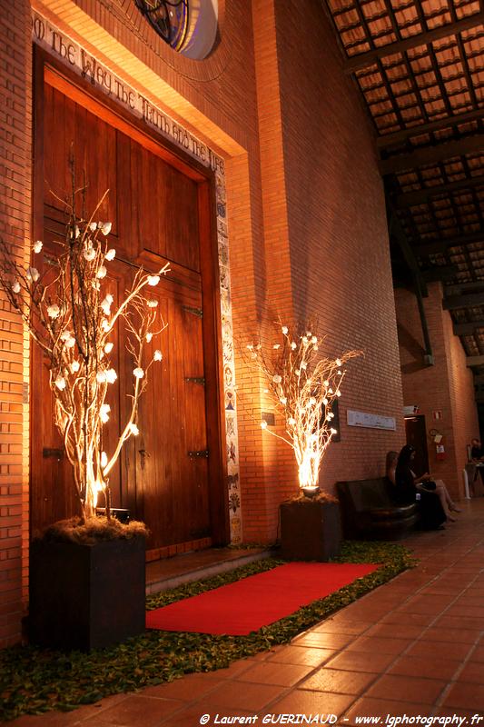 Igrejas para casar - Catedral Anglicana de São Paulo: porta à noite. Foto: Laurent Guerinaud.