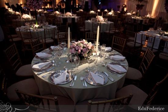 Decoração de mesa de jantar de casamento em rosa e cinza/prata. Foto: EduFederice.