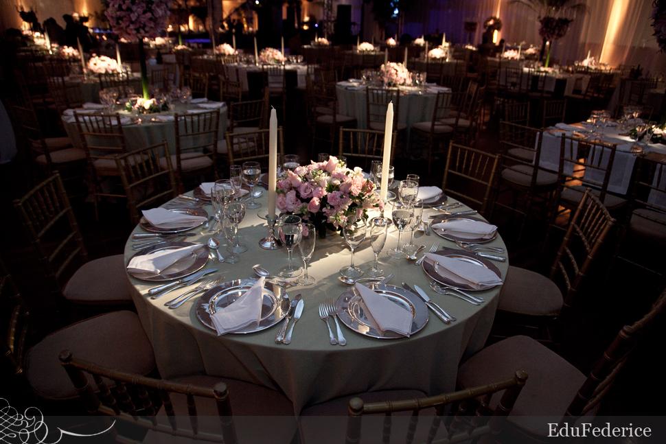 brancoprata decoracao:Decoração de mesa de jantar de casamento em rosa e cinza/prata. Foto