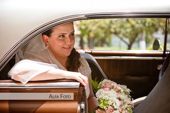 Chega da noiva em carro antigo. Foto: Alfa Foto.