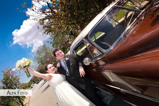 Noivos em carro antigo em casamento. Foto: Alfa Foto.