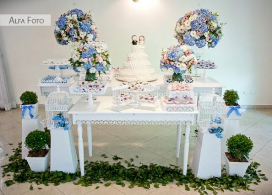 Mesa do bolo de casamento azul e branco em casamento. Foto: Alfa Foto.
