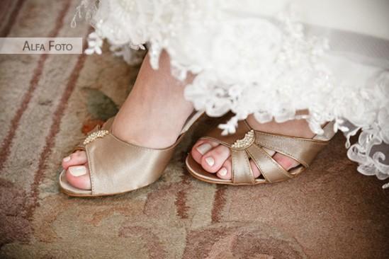 Sapato de noiva dourado barra vestido renda. Foto: Alfa Foto.