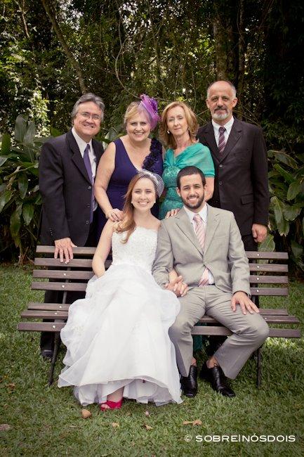 Noivos e pais dos noivos em foto oficial do casamento no campo. Foto: Sobre Nós Dois.