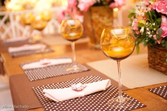 Lugar americano marrom de bolinhas brancas em jantar de casamento. Foto: Aline Machado.