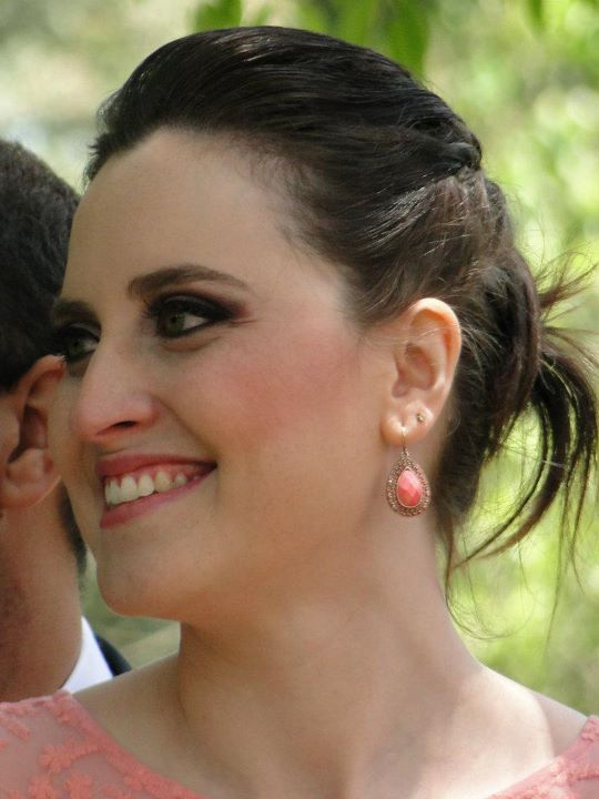 Penteado para madrinha de casamento diurno: trancinhas + retorcido. Foto: Lierte Stapani.
