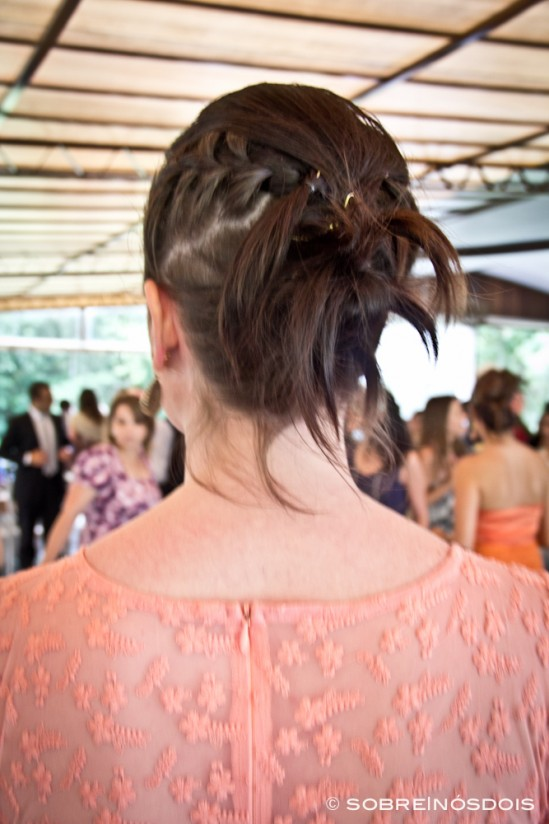 Penteado para madrinha de casamento diurno: trancinhas + retorcido, feito pela cabeleireira Andreia Wang. Foto: Sobre Nós Dois Fotografia.
