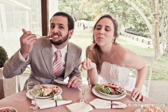 Noivos almoçando em casamento no campo. Foto: Sobre Nós Dois.
