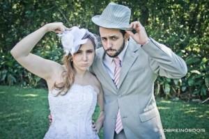 Noivos com chapéus em casamento no campo. Foto: Sobre Nós Dois.