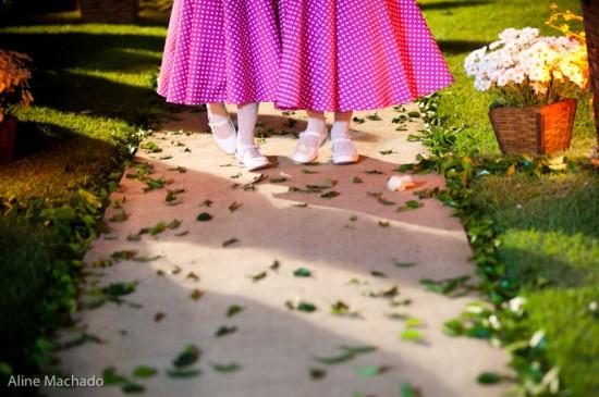 Vestido de daminha de honra pink com bolinhas brancas. Foto: Aline Machado.