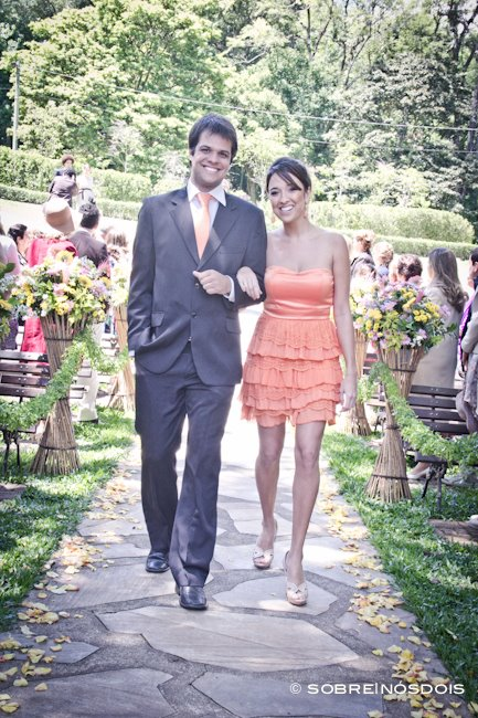 Vestido de madrinha de casamento no campo: laranja e curto. Foto: Sobre Nós Dois.