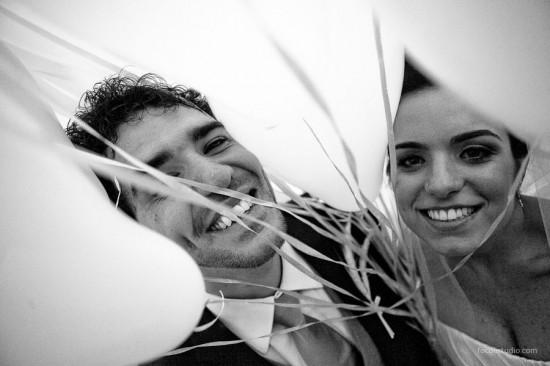 Balões brancos em casamento de Paula e Victor,. Foto: Foco Estúdio.