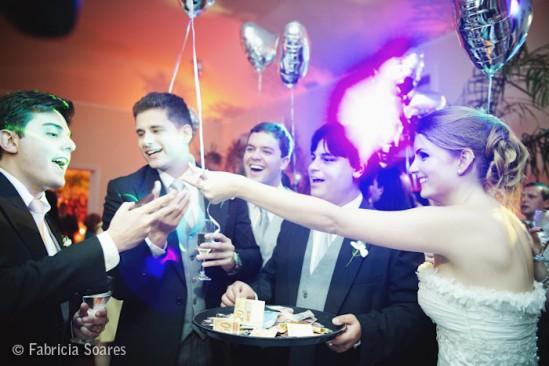 Balões de gás de coração prata em casamento. Foto: Fabrícia Soares.