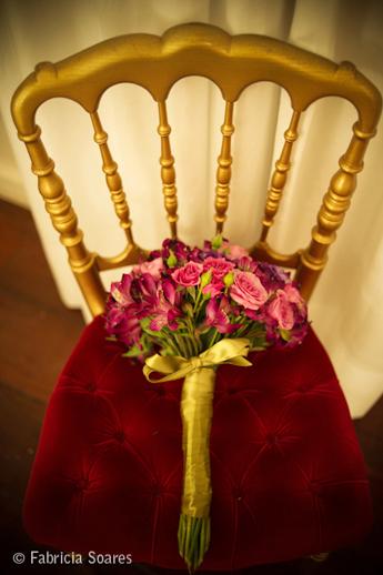 Buquê de noiva com fita dourada no cabo. Foto: Fabrícia Soares.