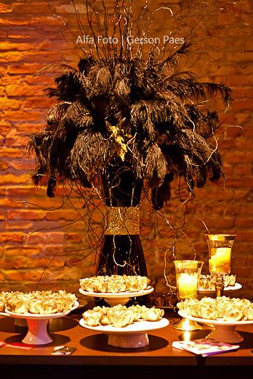 Mesa de doces de casamento em tons de dourado. Foto: Alfa Foto.