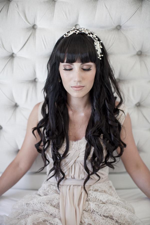 Прически на свадьбу с прямыми волосами