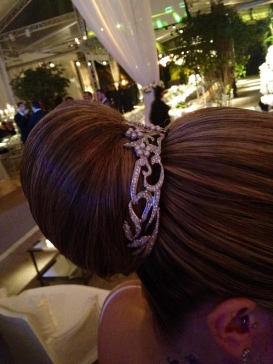 Detalhe do penteado da noiva: coque com jóia. Casamento Mirella Santos e Ceará do Pânico.