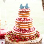 Naked cake de morango e chantilly. Foto: Cynkain Photography.