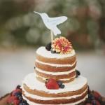 Bolo rustico de casamento com morango, amora e mirtilo. Foto: Ulmer Studios.