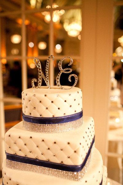 Topo de bolo de casamento com letras dos nomes dos noivos. Foto: Hannah Suh Photography