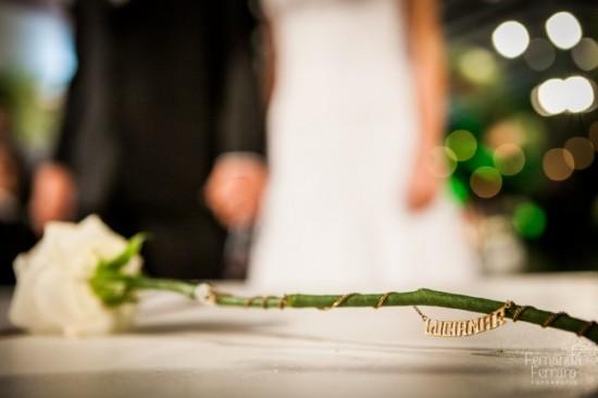 Casamento: colar com nome no buquê da noiva. Fernanda Ferraro.