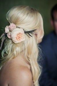 Casamento: penteado de noiva com cabelo semi-preso e arranjo de peonias, rosas e lavanda. Foto: A Modista.