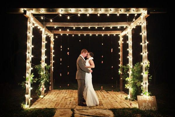 Decoração de casamento com luzinhas em volta do gazebo no altar