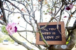 "Place de decoração de casamento ""All you need is love"". Foto: Fernanda e Sharon."