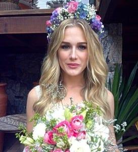 Casamento Fiorella Mattheis: penteado da noiva com coroa de flores ou grinalda