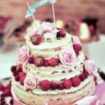 Bolo de casamento naked cake decorado com frutas vermelhas e rosas cor-de-rosa. Foto: Ashton Jean Pierre.
