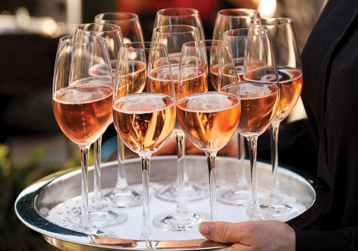 Vinho ou champanhe rosé em casamento. Foto: Choco Studio Photography.