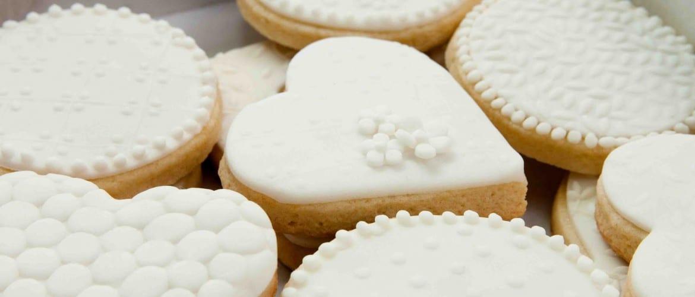 Biscoitos decorados em formato de noiva e noivo para casamentos. Foto: Sweet Box.
