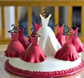 Bolo artístico em formato de vestido de noiva e de madrinhas. Foto e bolo: Crazy Beautiful Cakes.