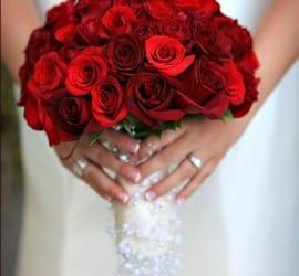 Buquê de rosas vermelhas com detalhes brancos. Foto: Palos Studio.