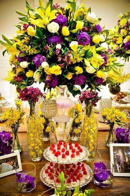 Decoração de casamento em amarelo e roxo mesa de doces e arranjo de